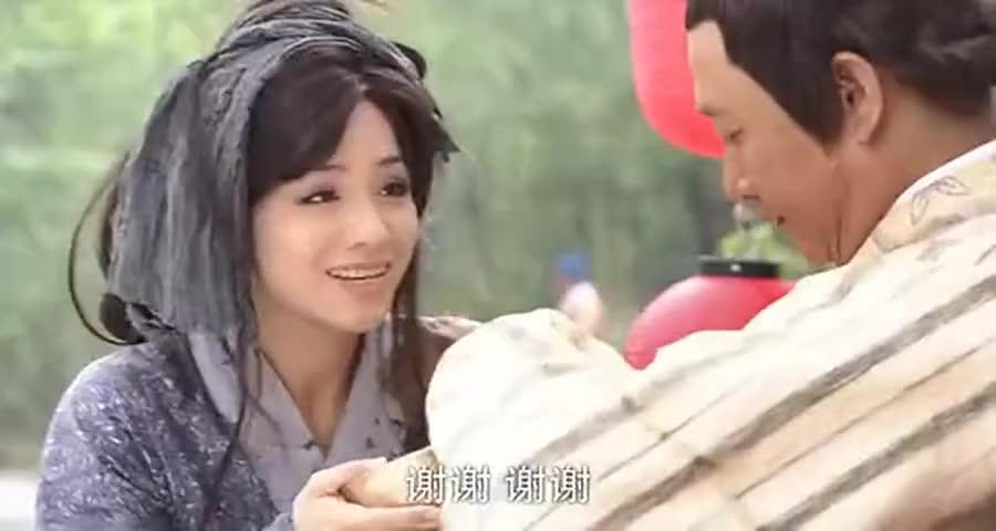 女乞丐讨饭,手里竟然拿着的是金碗,看来这是注定饿死的节奏