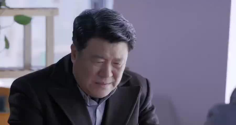 父亲好心资助贫困学生,儿子却想利用父亲的善良出名,太过分了