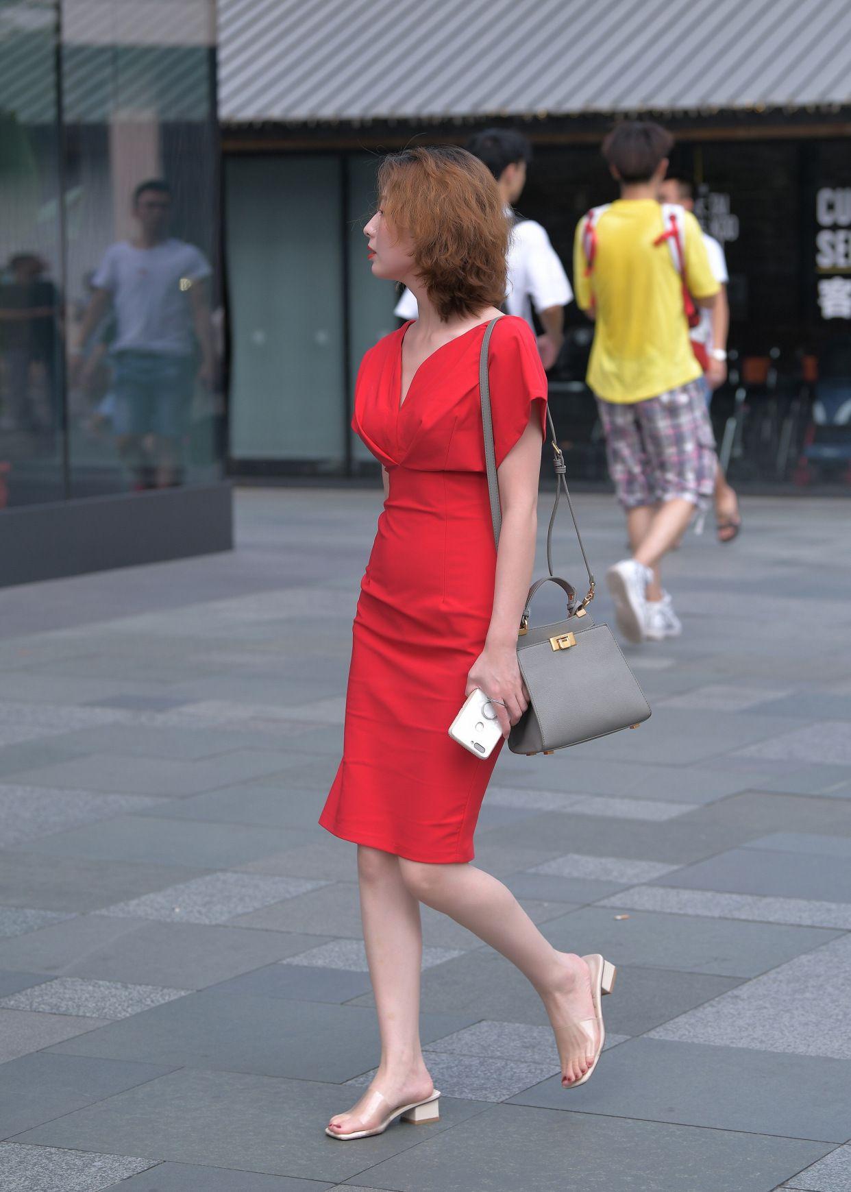 夏天选裙子注意两点:材质和颜色,选对了,你就是万众瞩目的焦点