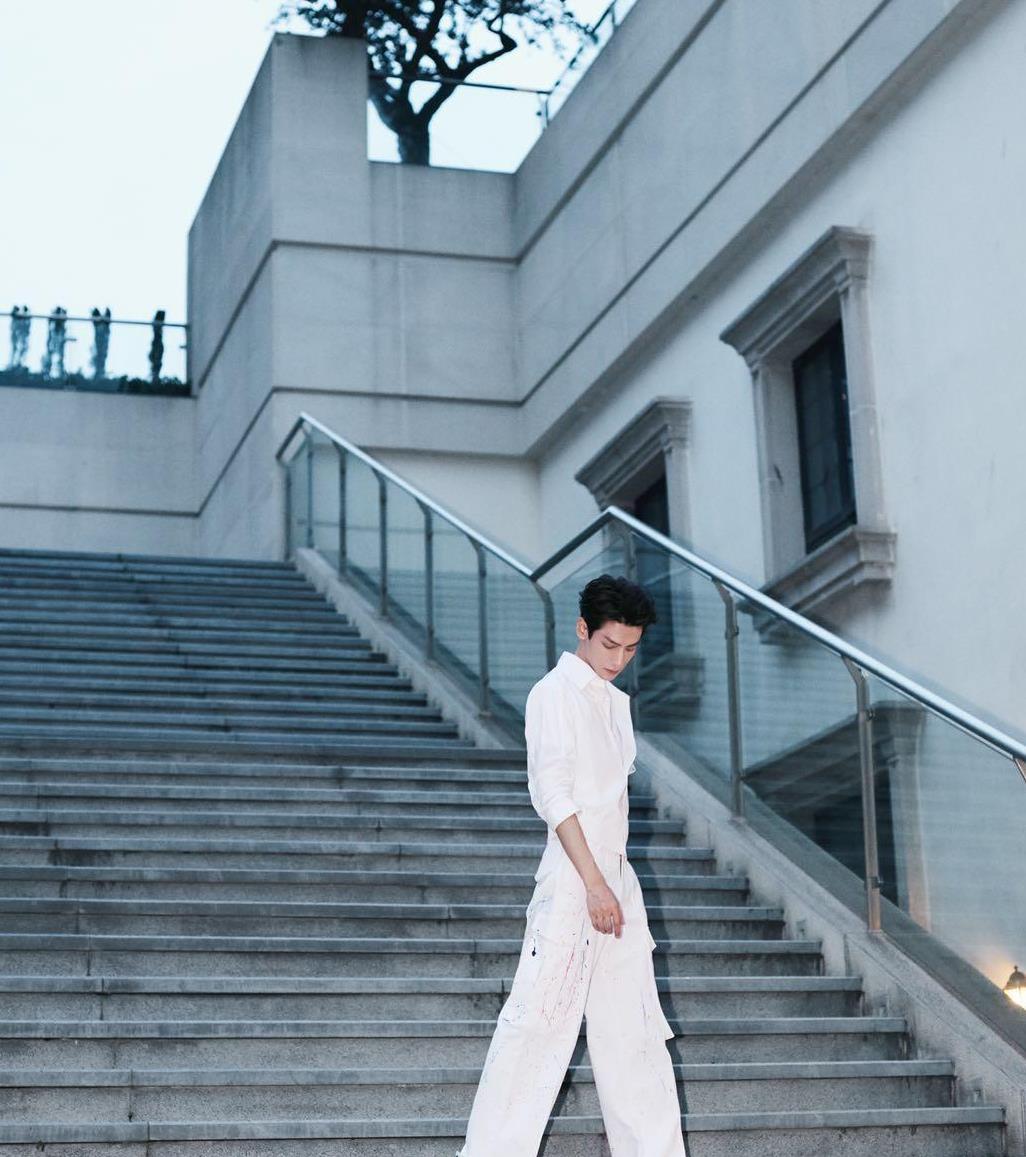纯白色衣服超适合罗云熙穿,清清爽爽的样子很招人爱