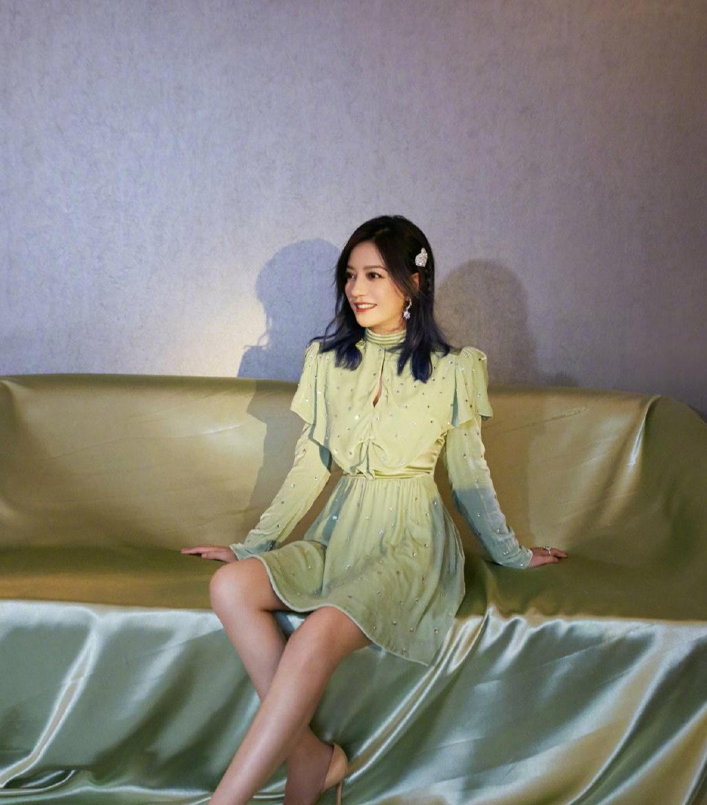 赵薇身材管理有多强?牛油果色连衣裙显瘦又时尚,轻松秀出名媛范