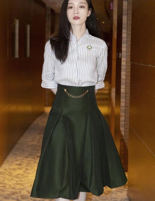 32岁倪妮不装嫩,条纹衬衣配墨绿色半裙,复古优雅又显高级感