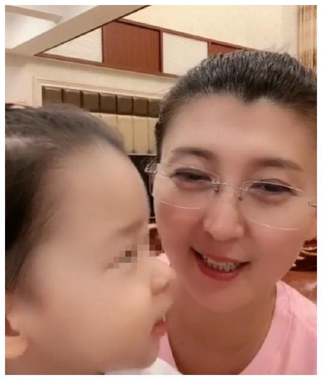 """闫学晶45岁二胎拼女,嘴上说着很庆幸,3年后现状却有点""""打脸"""""""