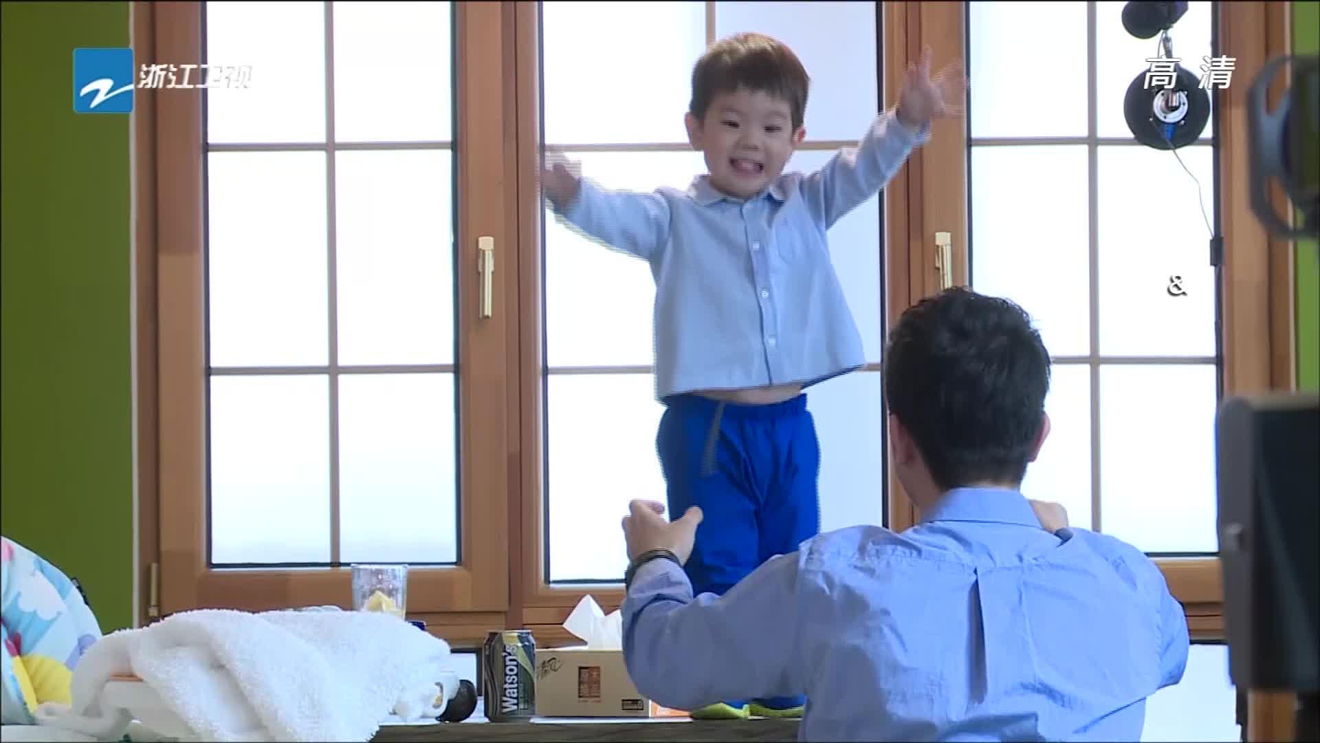 爸爸回来了:嗯哼爬桌子险些出意外,奶爸杜江直接起身,被吓一跳