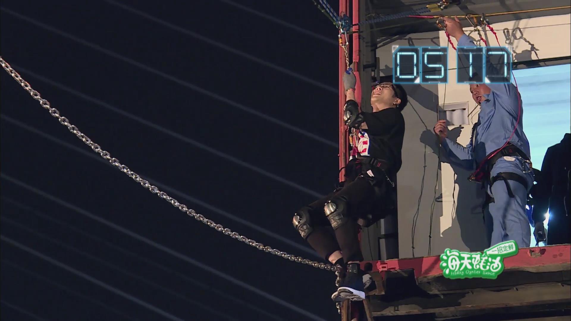 王嘉尔被吊在高空,发出杀猪般的叫声!