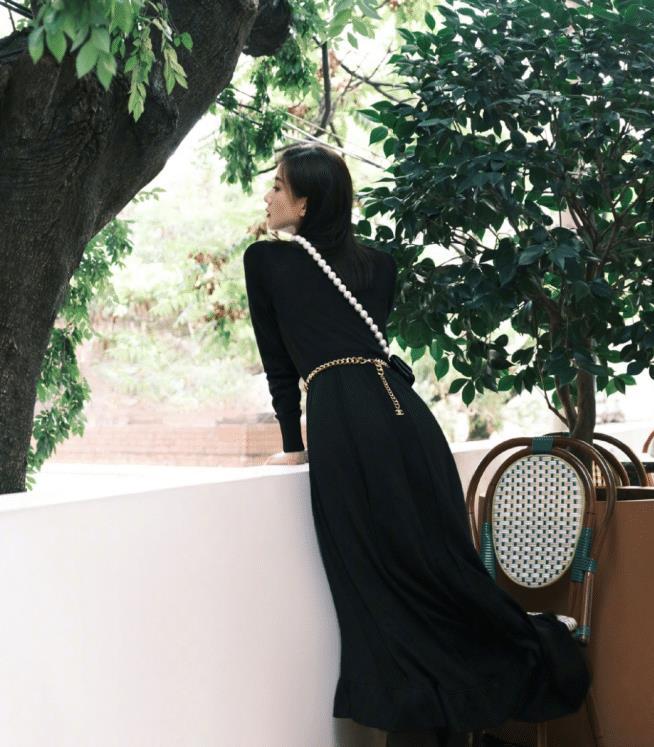 刘诗诗高贵优雅的气质好吸引人!黑色长裙配珍珠链条包,太心动了