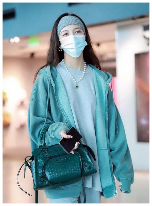 25岁宋妍霏穿衣有深意,一身绿暗讽前任张一山?200元外套太亲民