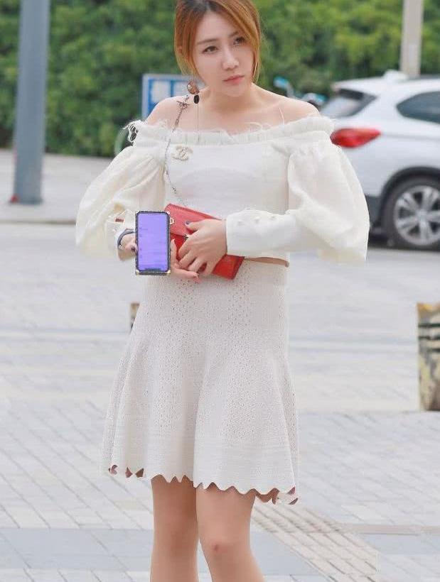 街拍:小姐姐一字领上衣搭白色镂空短裙,时尚靓丽