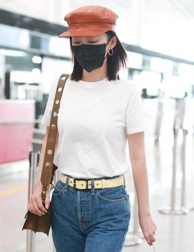 李沁现身机场,简单白T恤搭配深色牛仔裤,小肚腩暴露却成亮点