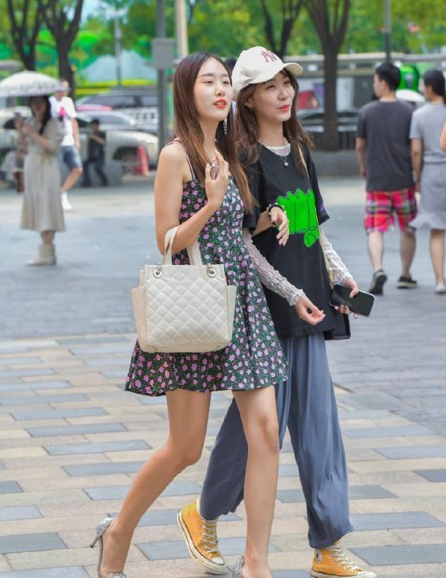 时尚穿搭:尖头高跟鞋+碎花裙,居家女人的穿法,大方又得体!