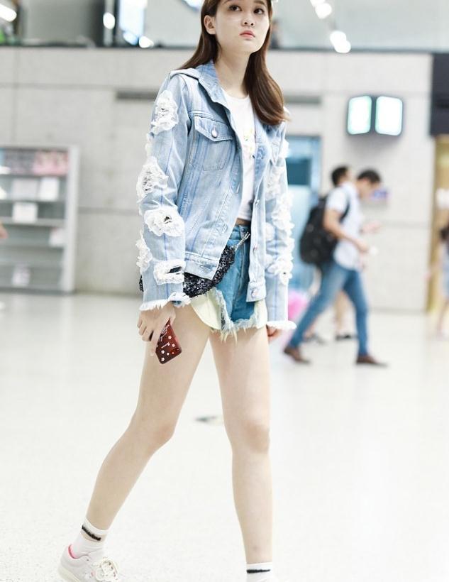 乔欣街拍:破洞牛仔夹克短裤 Converse球鞋Chanel腰包秀美腿