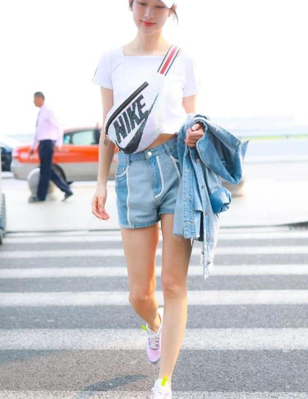 张俪真有一套,穿白上衣搭配牛仔短裤显高显瘦,婀娜身姿好迷人