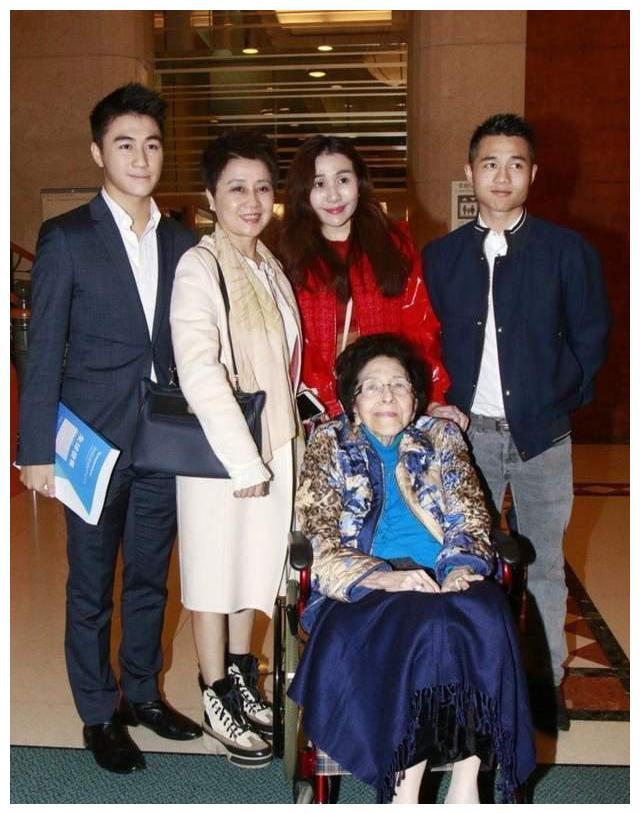 赌王亲姐姐罕见露面,四太携儿女伴其左右,100岁高龄依旧精神