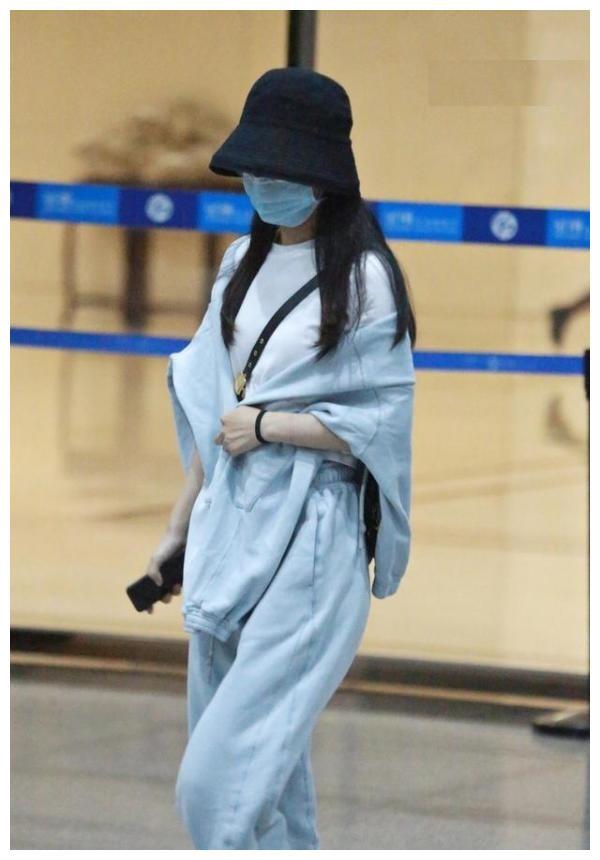 赵丽颖现身机场:外套当披风玩出个性,完美身材跟杨幂有一拼