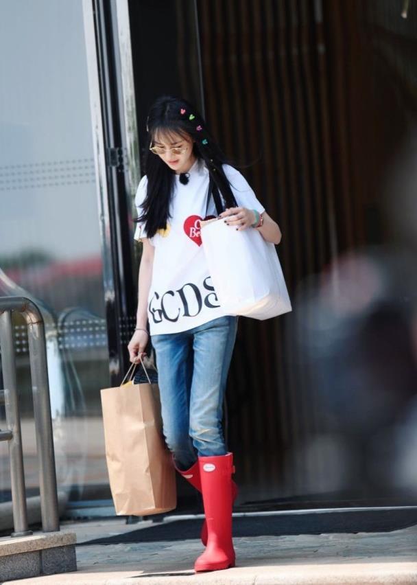 """郑爽基础造型也时髦,T恤、牛仔裤配""""彩虹""""发卡,真显少女气息"""