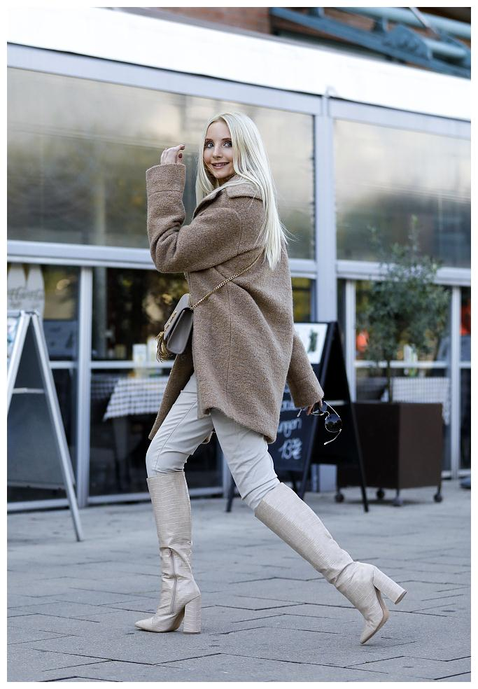 Anna Hiltrop街拍:驼色毛呢大衣漆皮长靴 YSL手袋自信大气