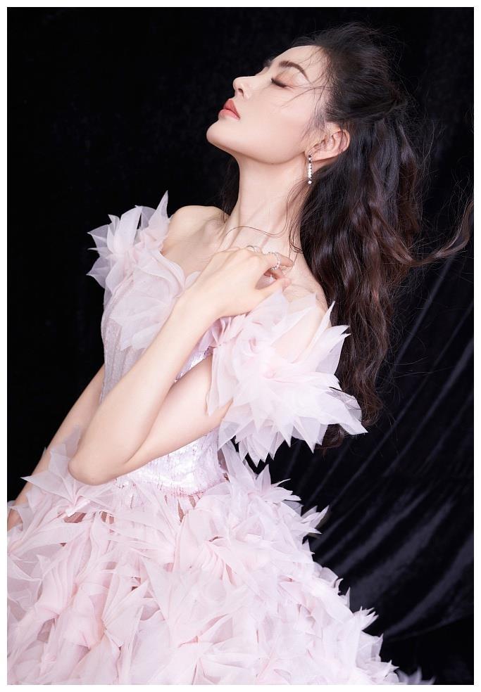 张天爱国庆晚会写真曝光 穿粉色立体花裙浪漫迷人
