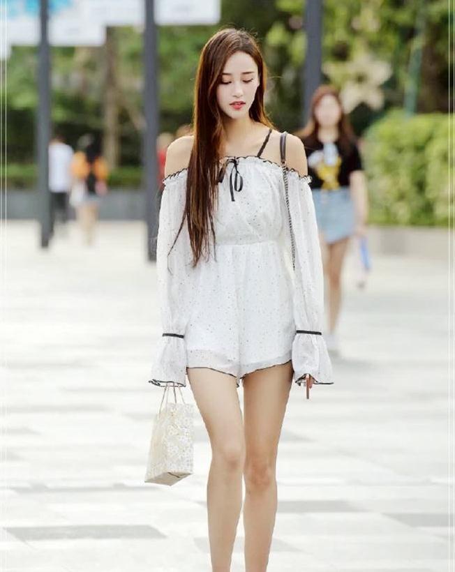 时尚街拍:纯白连衣裙的贵妇气质,令人流连忘返