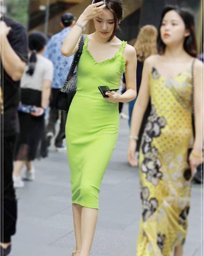 """街拍:今年夏天流行""""牛油果裙"""",这才是属于夏天的颜色"""