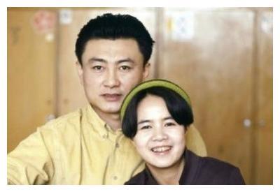 """高大帅气的《新闻联播》主持王宁,为何娶了""""不般配""""的金龟子?"""