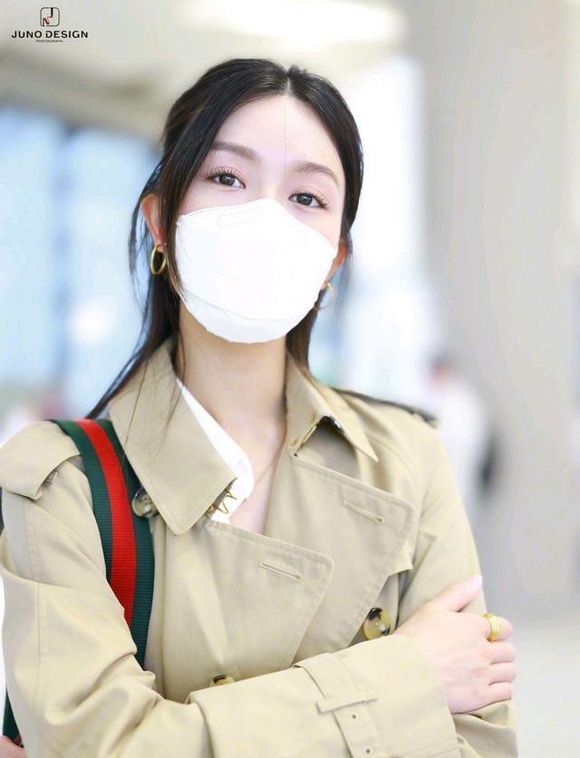 文咏珊现身上海机场,身穿经典款风衣外套简约随意,尽显好气质
