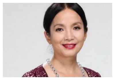 58岁的吕丽萍尽显老态,与第三人丈夫一见钟情,满头白发容颜青春