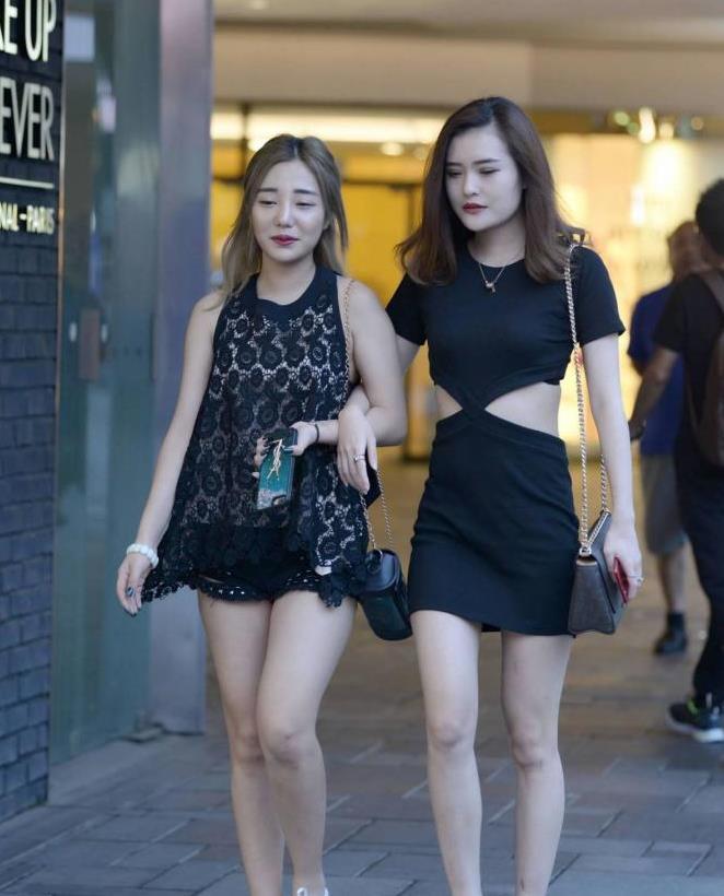 和闺蜜逛街,你会选择厚底鞋,还是选择尖头细跟鞋?