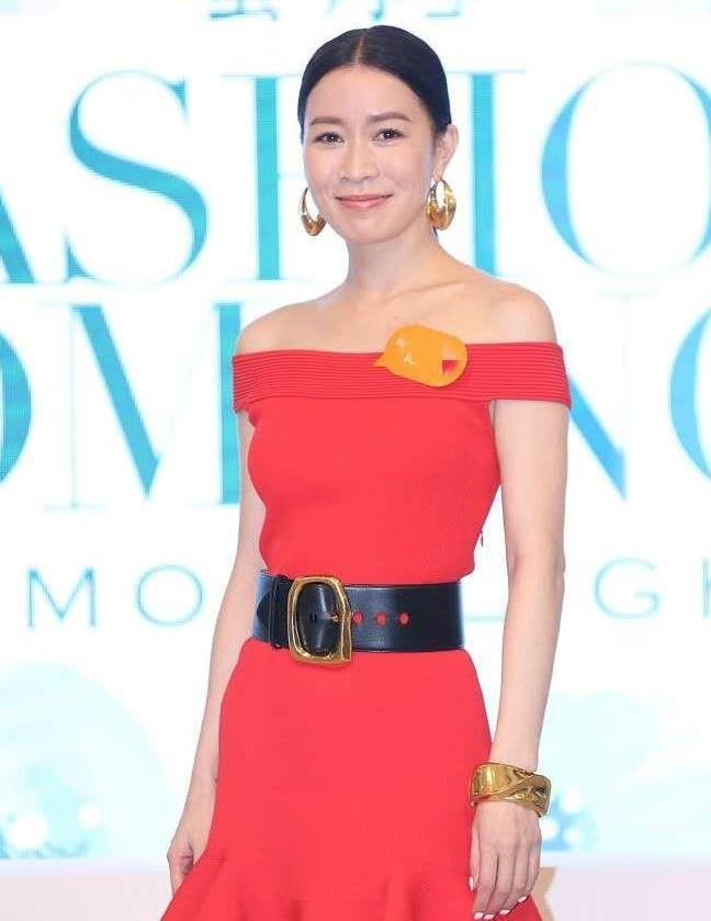 佘诗曼真敢穿,荷叶边红裙配长靴不显矮反大气,45岁生图太惊艳
