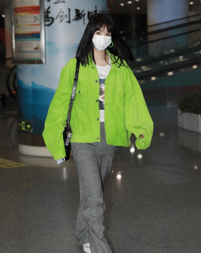 """李菲儿的穿搭好""""韩系"""",穿荧光绿外套搭配灰色西裤,时髦有个性"""