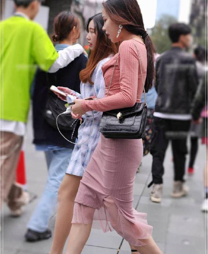 时尚街拍:粉红的套装虽没有贵妇的韵味,但很有活力