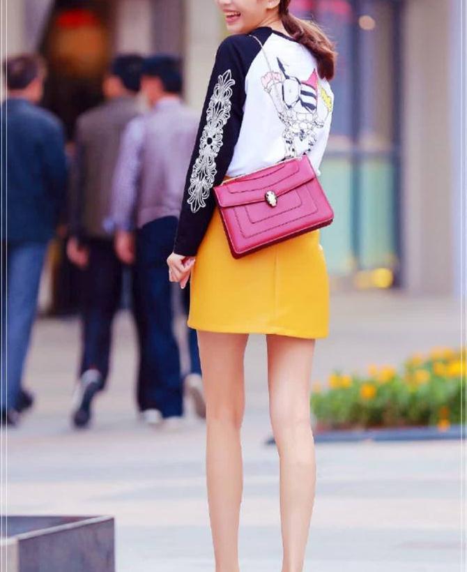 时尚街拍:秀气的都市丽人穿搭,简单的裙子穿出不一样的风格