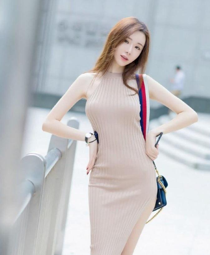 时尚街拍:街上小姐姐千万种,穿针织裙的小姐姐最美了