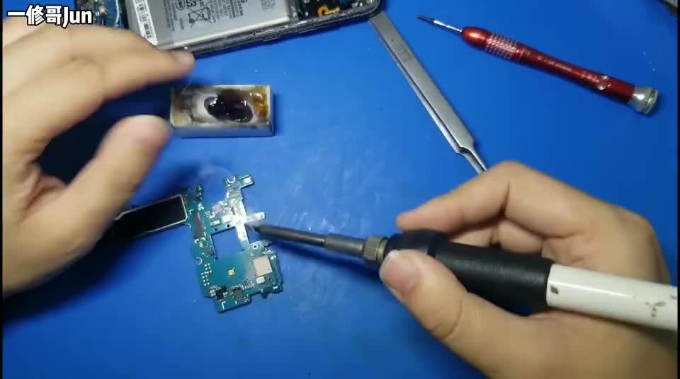 粉丝回收的三星S8充电了一下电就不开机了,拆开原来进过水,回