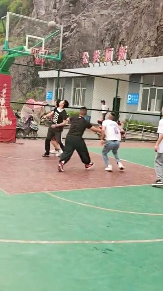 篮球场上杀出来的白衣小哥,这操作,看完老阿姨都心动了!