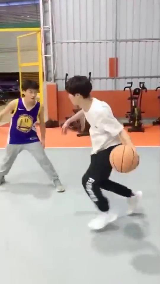 白衣小哥大秀运球技能,投篮动作看呆对手,会打篮球的男生太帅了