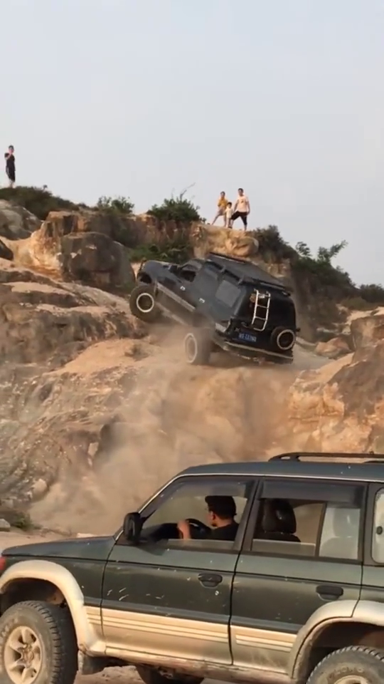 开车爬山瞬间证明了车的质量,真不是一般的牛,动力十足