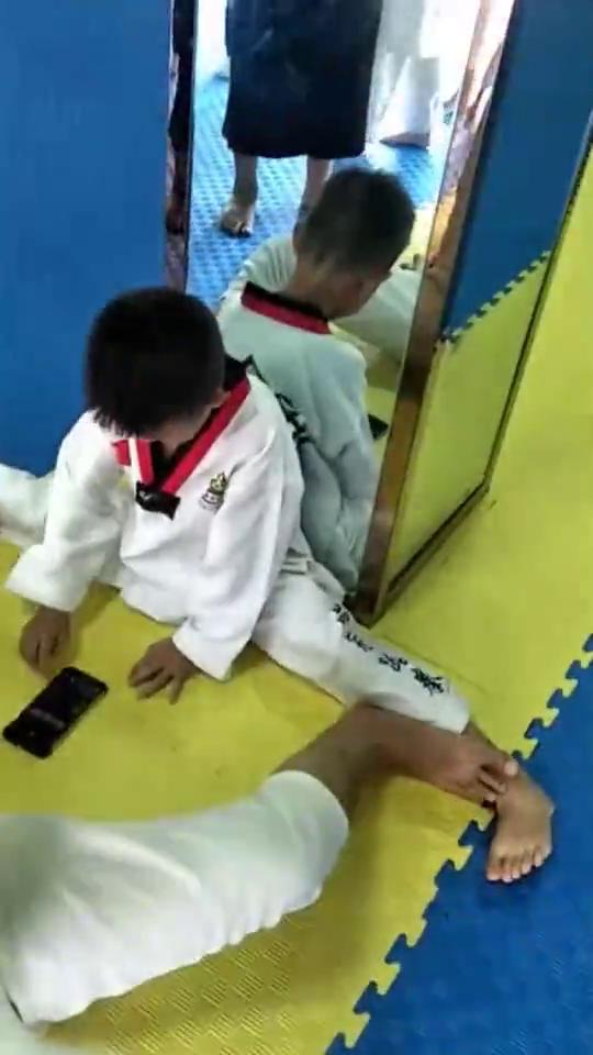 宝贝学习跆拳道,开始拉韧带,表现很好,加油!