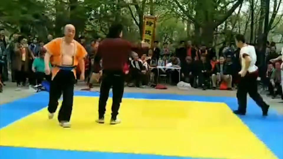 两老人练中国式摔跤,阵仗挺大,但这技术嘛...