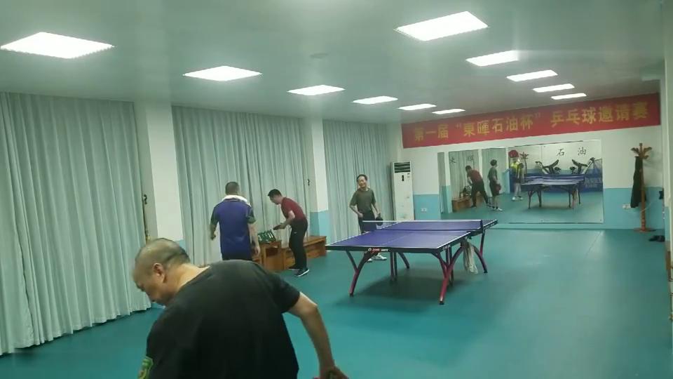 高手在民间,两位大爷对抗乒乓球,这炫的可不是架势是球技!