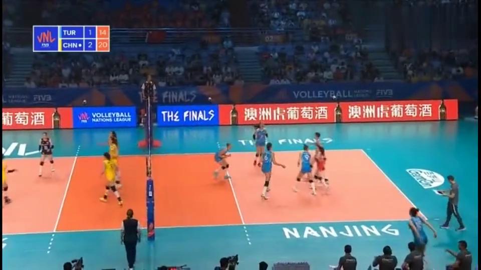 兴奋庆祝!刘晏含23分龚翔宇20分中国女排3-1土耳其获得季军