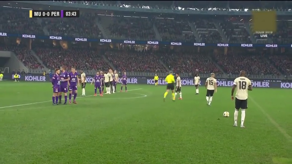 套路有点多!曼联前场战术任意球开出,詹姆斯横扫门前被破坏