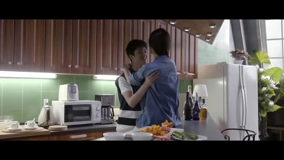 小情侣厨房里暧昧,最后菜都糊了,热恋期都是这样的吗?