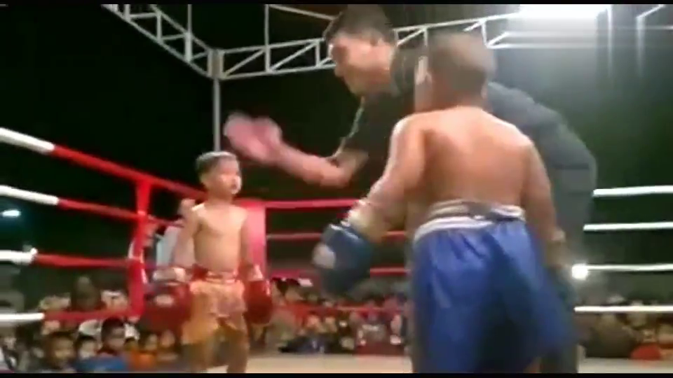 拳击比赛小瘦vs小胖,太萌了,小瘦快被打蒙了。