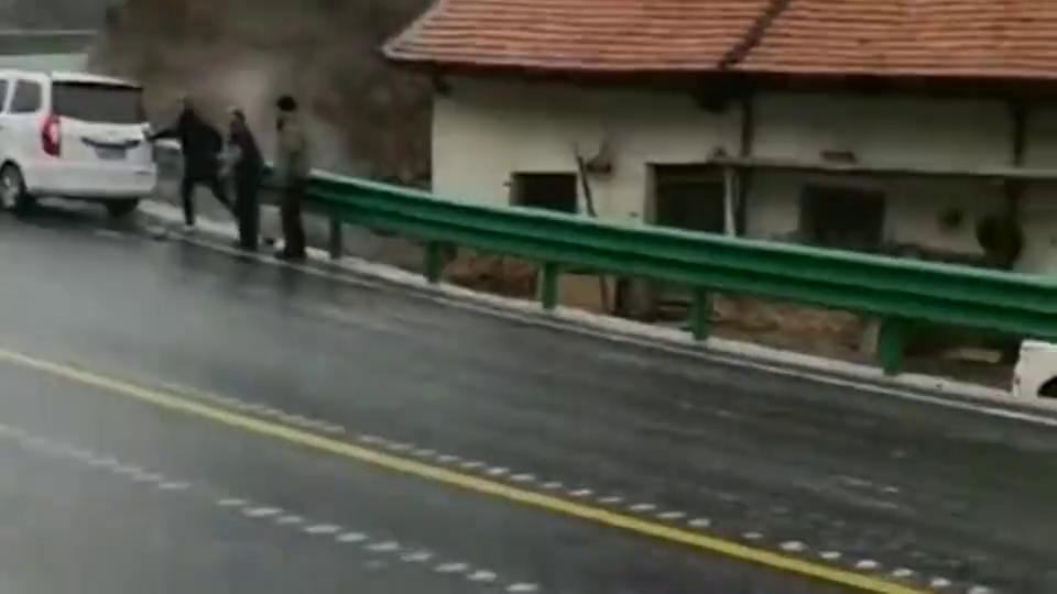 实拍:路面结冰也能开,这大货车也是没谁!