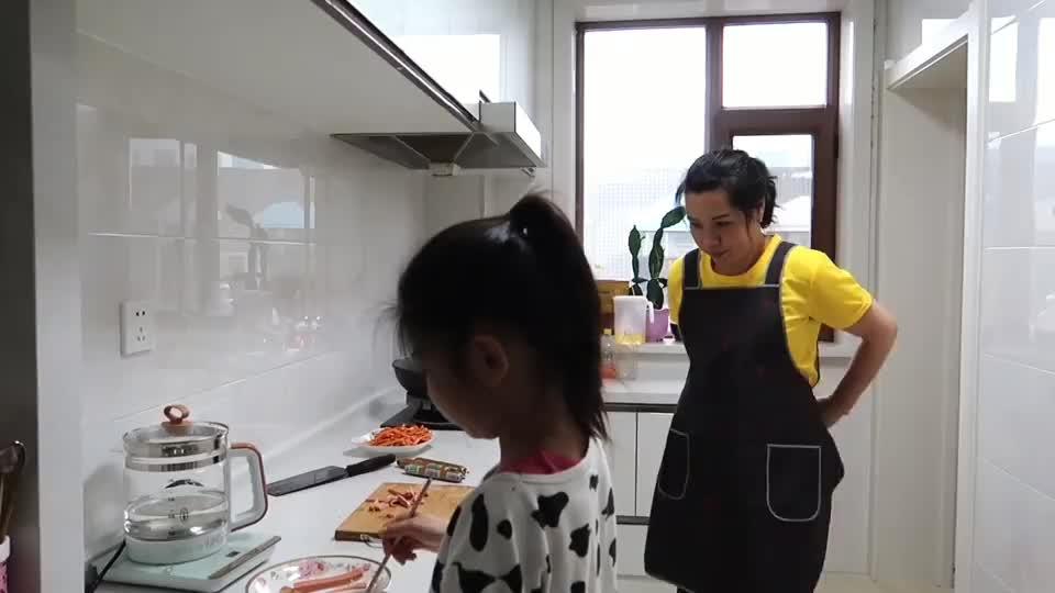 俩女儿回娘家吃饭,老妈又做一桌绿色食品,桌上姐姐被妹妹套路!