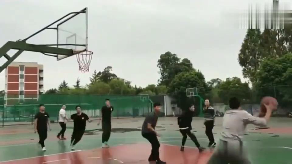 篮球:广东学生打球就是爱飞,不实用,大家说对吗?