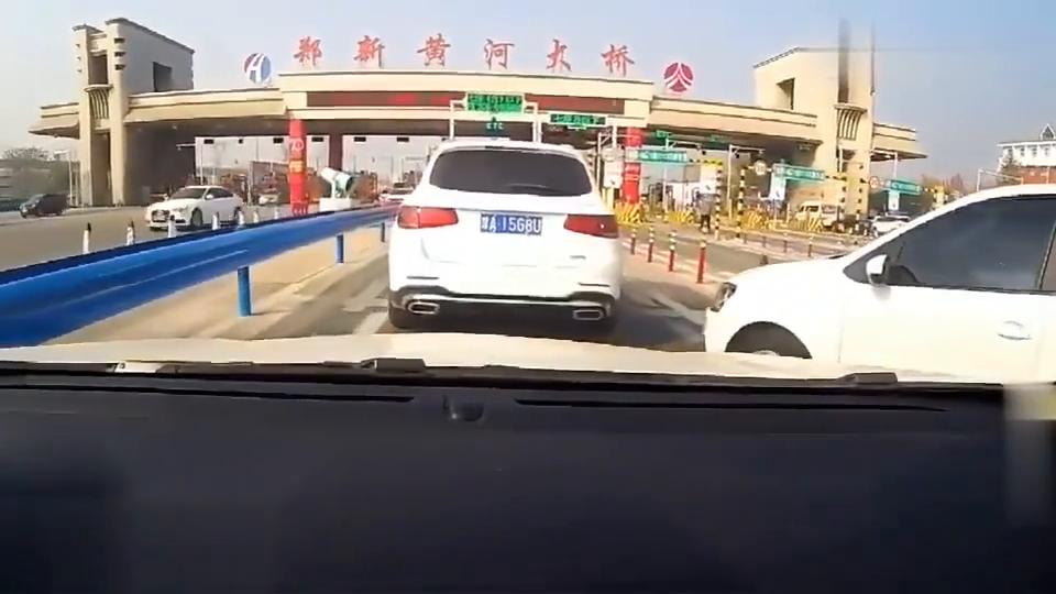 行车记录仪:高速ETC通道突然被加塞,这车想蹭我的卡?