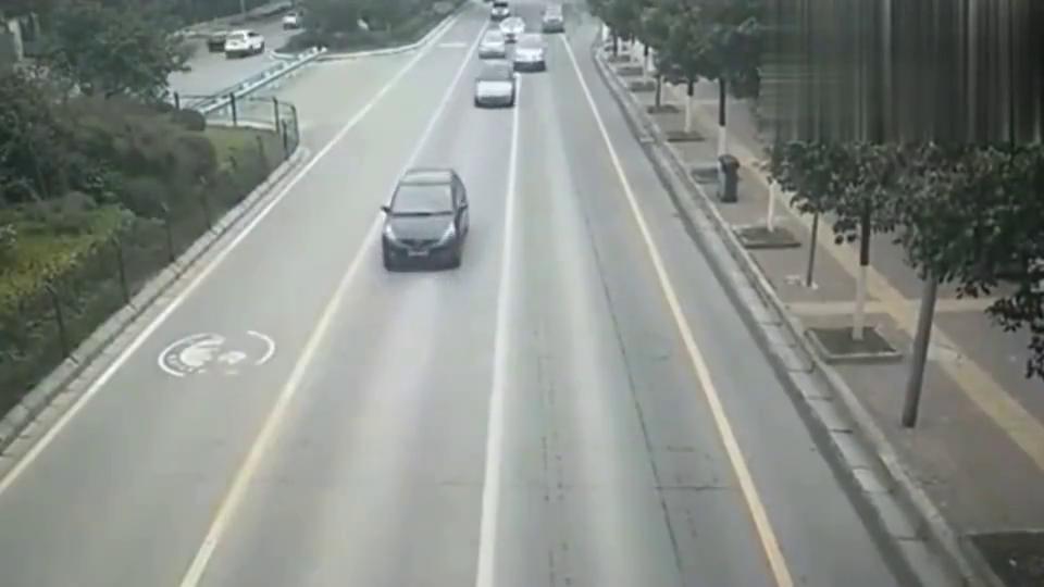 实拍:任性宝马女司机市区内强行变道,大众司机叫苦不迭