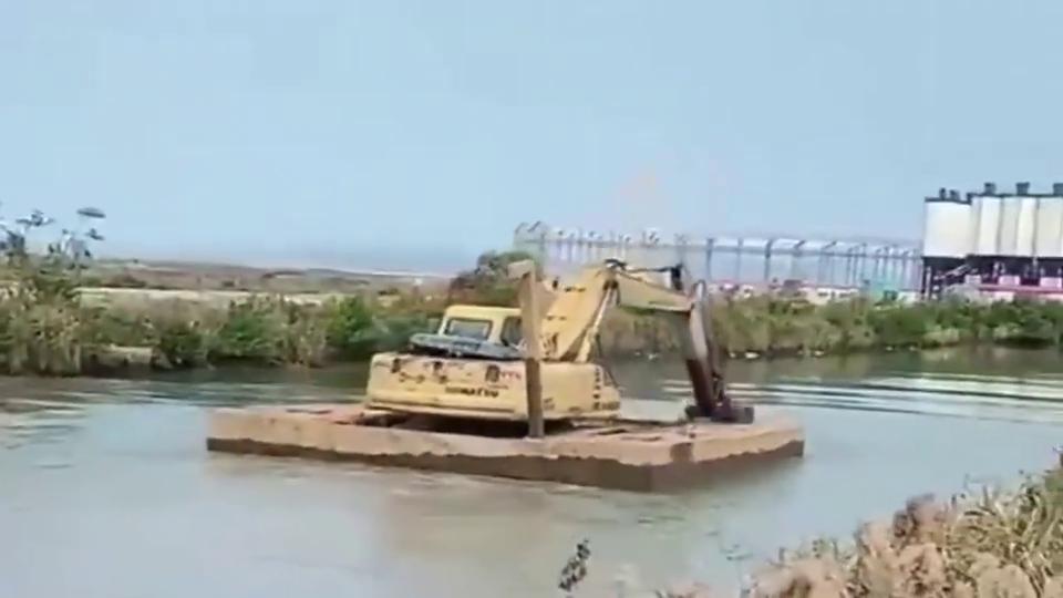 山东挖掘机过河的新方式,除了会驾驶还要会划船,老司机就是中!