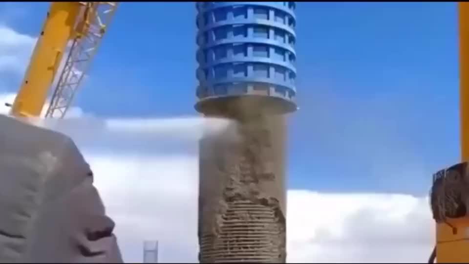 小伙真有才,用高压水枪粉碎水泥柱,再也不用爆破了